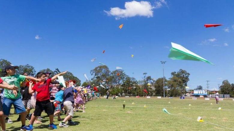 lomba 17 agustus kreatif menerbangkan pesawat kertas